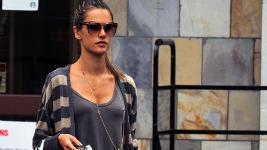 Alessandra Ambrosio: Βόλτα στα μαγαζιά με την κόρη της..