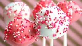 Φτιάξε υπέροχα cake pops όπως ο Άκης Πετρετζίκης!