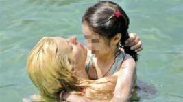 Ελένη Μενεγάκη: Αγκαλίες και φιλιά με την κόρη της Λάουρα μέσα στη θάλασσα