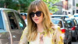 "Dakota Johnson: Η πρωταγωνίστρια του ""50 Shades of Grey"" και το girly στυλ της"