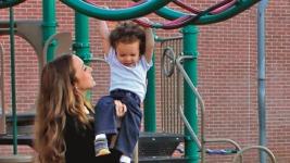 Καλομοίρα: Με τους γιους της στην παιδική χαρά