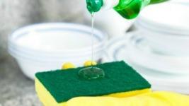 Υγρό πιάτων: 4 απρόσμενες χρήσεις του που θα σας «λύσουν» τα χέρια