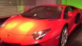 Δείτε πώς παρκάρουν οι εκατομμυριούχοι τα αυτοκίνητά τους στο σαλόνι τους!