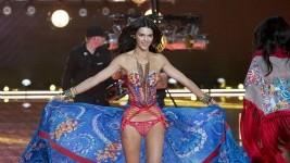 Δες την Kendall Jenner να Περπατάει στο Show της Victoria's Secret!