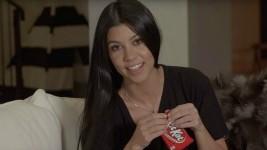 Η Kourtney Kardashian σου Δείχνει σε 6 Βήματα πώς να Φας σωστά ένα Kit Kat