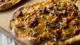 Πίτσα με λουκάνικα… από τον Άκη Πετρετζίκη!