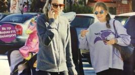 Βίκυ Καγιά: Βόλτα με την κόρη και τη μαμά της!