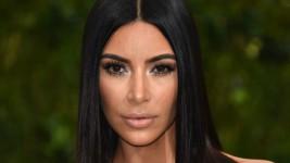 Το Κόλπο της Kim Kardashian για να Βγάλετε τους Λεκέδες Makeup από τα Ρούχα σας